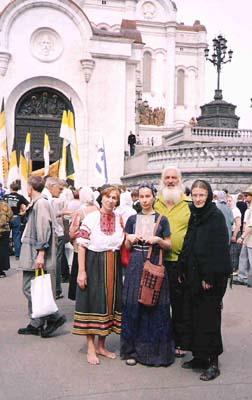 Беликовы и автор статьи у Храма Христа Спасителя. 18 июля 2005