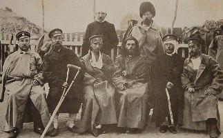 Раненные под Тюренченом (в центре – о. Стефан Щербаковский)