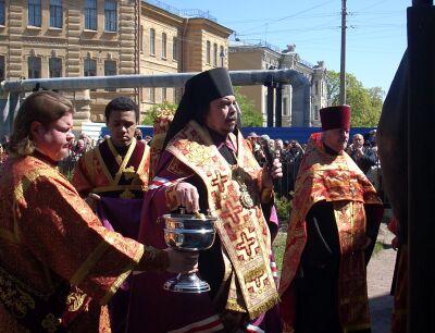 епископ Петергофский Маркелл освящает памятник Иоанну Кронштадтскому