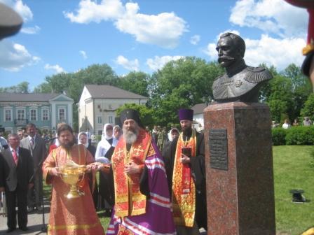 Архиепископ Полоцкий и Глубокский Феодосий освящает памятник генерал-лейтенанту Роману Кондратенко