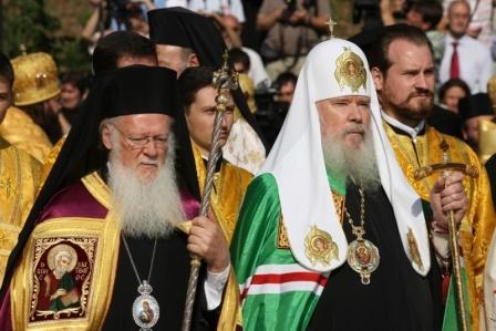 Константинопольский Патриарх Варфоломей и Святейший Патриарх Московский и всея Руси Алексий II совершают Литургию на Владимирской горке в Киеве