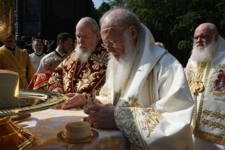 Святейший Патриарх Московский и всея Руси Алексий II и Константинопольский Патриарх Варфоломей совершают Литургию на Владимирской горке в Киеве