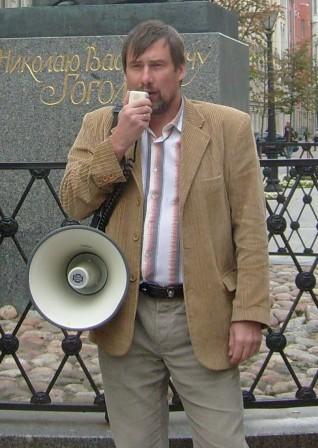 Станислав Воробьев выступает на митинге в защиту караджича в Петербурге 5 августа 2008 года