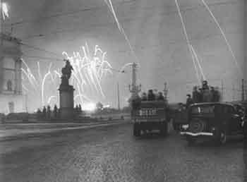 У Кировского (Троицкого) моста во время салюта в ознаменование полного снятия блокады