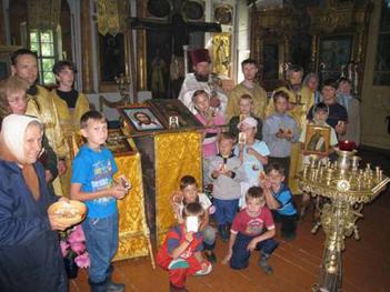 Воспитанники Свято-Алексиевской гимназии провожают Посох в Пешношскую обитель