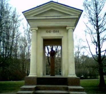 Памятник жертвам ленинградской блокады в Московском парке Победы