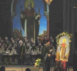 Ведущий вечера протоиерей Геннадий Беловолов у образа св. Иоанна Кронштадтского
