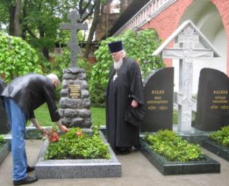 А.Н.Алекаев воздлагает цветы на могилу ген.В.О.Каппеля. Справа – протоиерей Димитрий Смирнов (фото Ю.К.Бондаренко)
