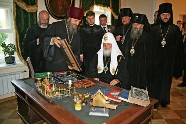 Патриарх Кирилл за столом св. праведного Иоанна Кронштадтского