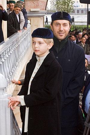 Бизнесмен, бывший муж К.Орбакайте Руслан Байсаров с сыном Дени на открытии главной мечети им. Ахмата Кадырова (Фото газеты *Взгляд*)