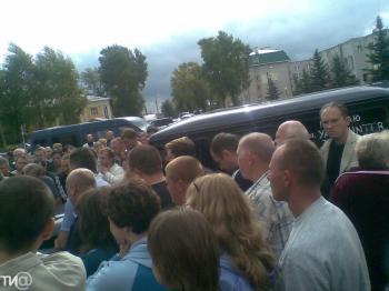 Жители Калязинского района собрались у администрации во время обсуждения инцидента с гастарбайтерами