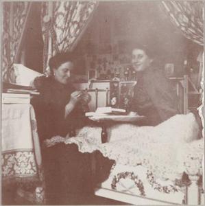 В спальне Государыни Александры Феодоровны. С Анной Вырубовой. 1913 год
