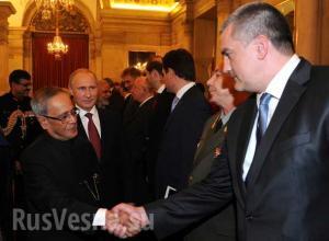 Президент Индии Пранаб Кумар Мукерджи здоровается с главой Крыма Сергеем Аксёновым