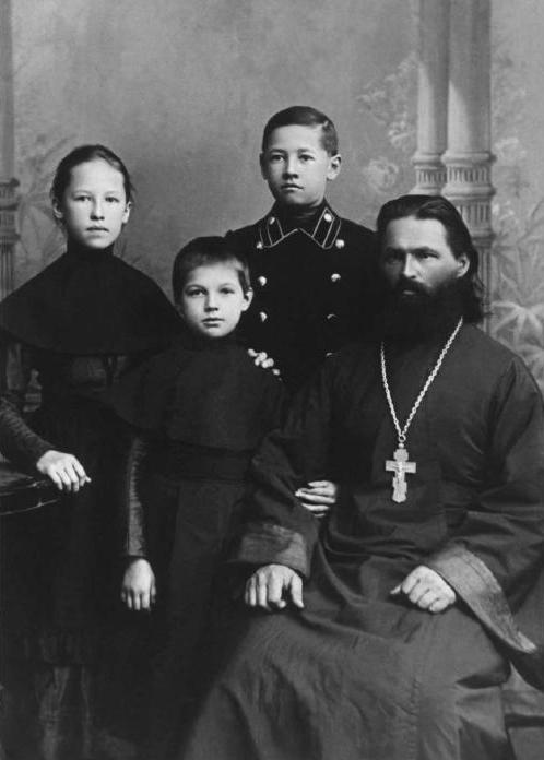 Священник Василий Соколов с детьми, (слева направо): Нина, Антонина и Борис