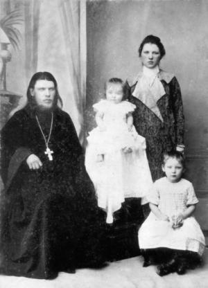 Священник Тихон Архангельский с супругой Хионией Ивановной и дочерьми Александрой (старшая, справа) и Юлией