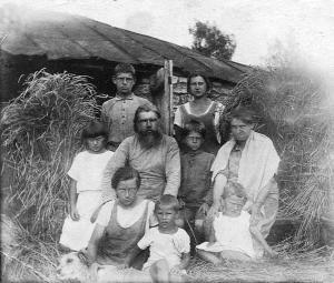 Протоиерей Тихон и Хиония Ивановна Архангельские с детьми и внуком