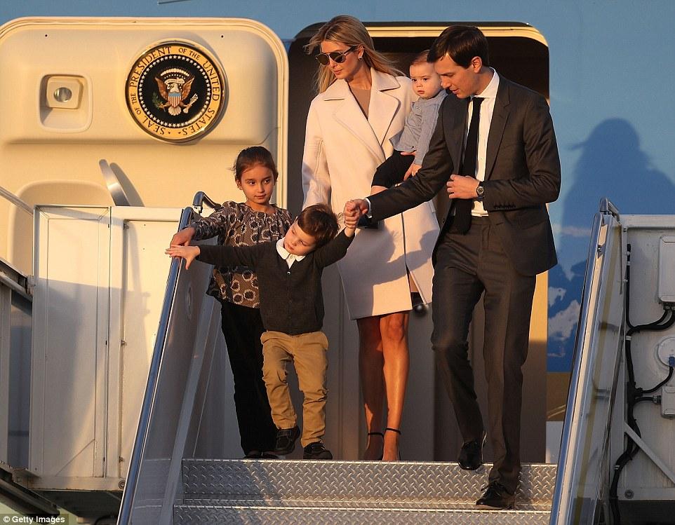 Семья Иванки Трамп спускается с самолёта