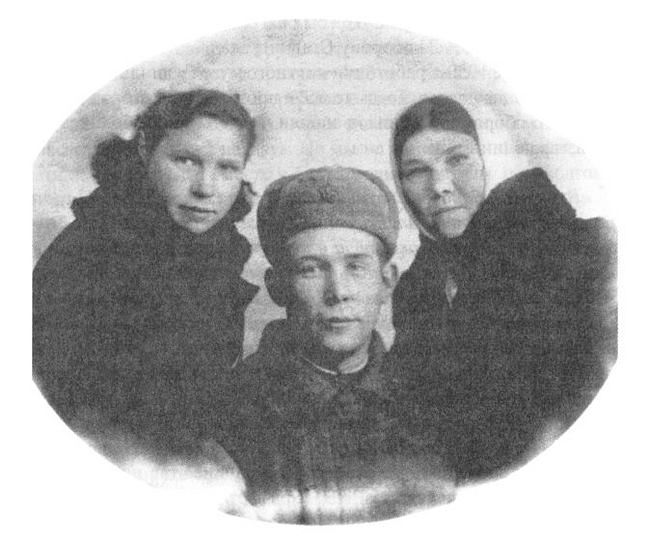 Сержант Иван Павлов с сестрами Марией и Анной. 1943 г.