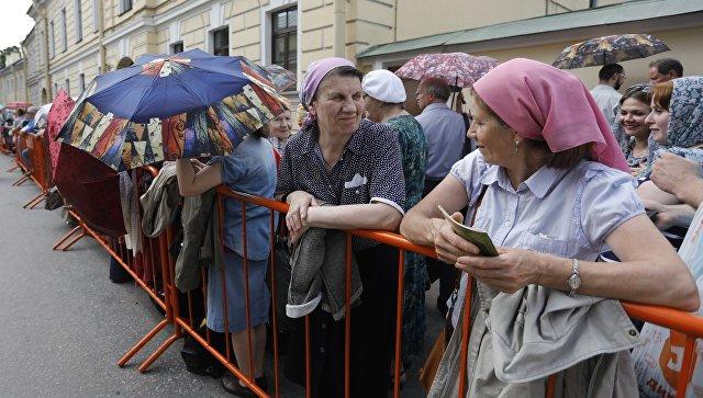 Очередь к мощам Николая Чудотворца в Петербурге
