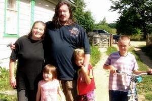 Священник Андрей Николаев с женой Оксаной Николаевой и детьми Давидом, Анной и Анастасией летом 2006 года