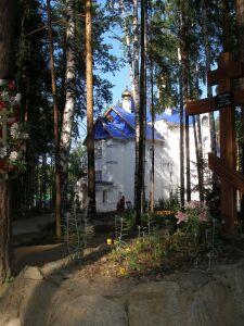 В Среднеуральском монастыре: кладбище, детская площадка, храм
