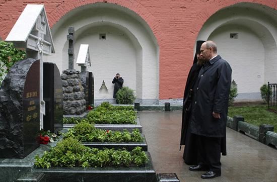 Председатель правительства России В.В. Путин у мемориала в Донском монастыре. 24 мая 2006 г.