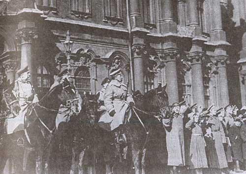 Командующий Петроградским военным округом генерал Л.Г. Корнилов принимает парад. Петроград. Весна 1917 г.