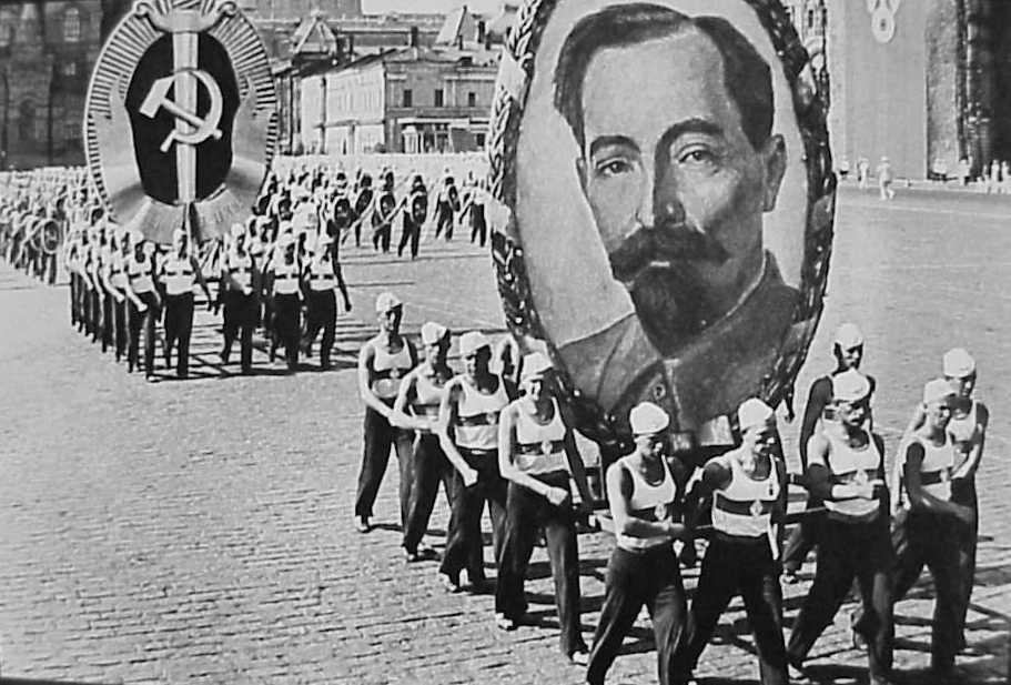 Участники парада несут портрет Дзержинского