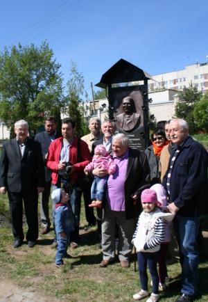 У мемориальной доски поэту С.С. Бехтееву в Орле