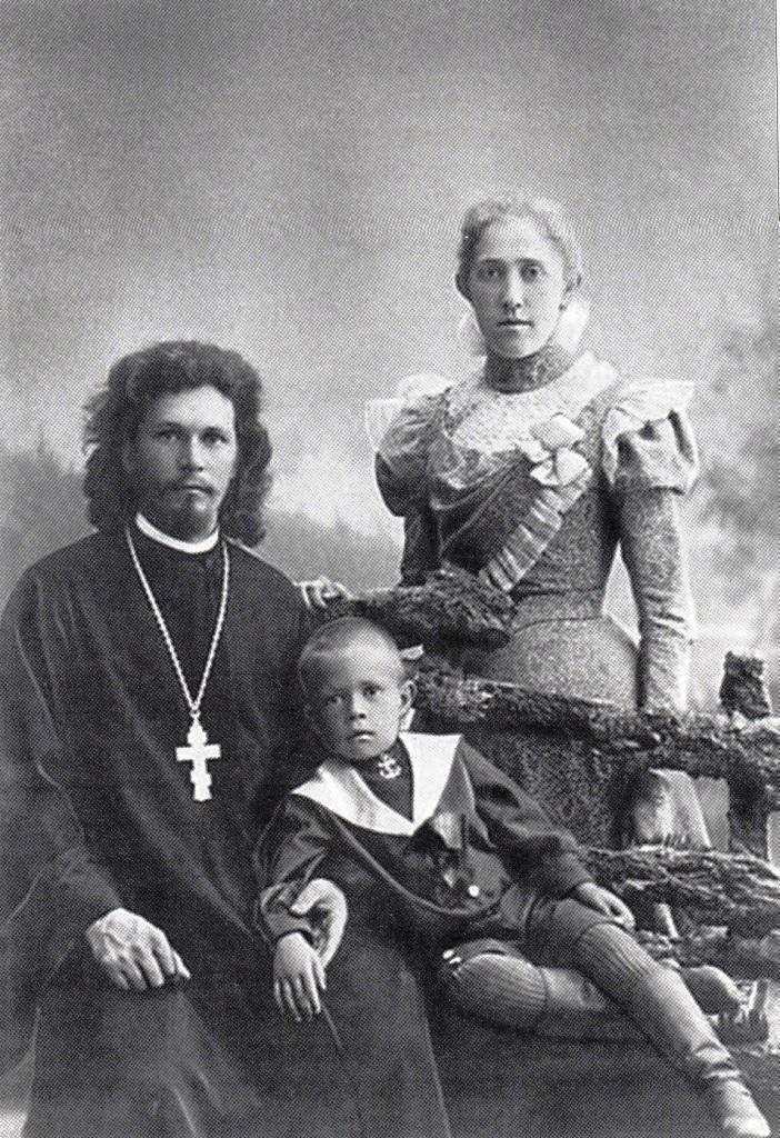Священник Михаил Накаряков с женой и сыном Николаем