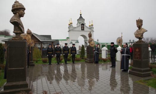 Романовская аллея в Вознесенском Печерском монастыре в Нижнем Новгороде