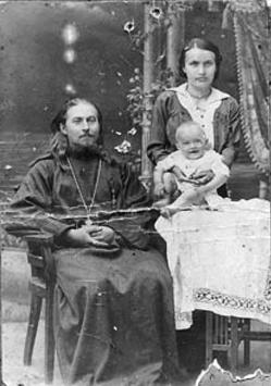 Священник Леонид Викторов (1891-1938) с женой Анной и дочерью, 1914г.