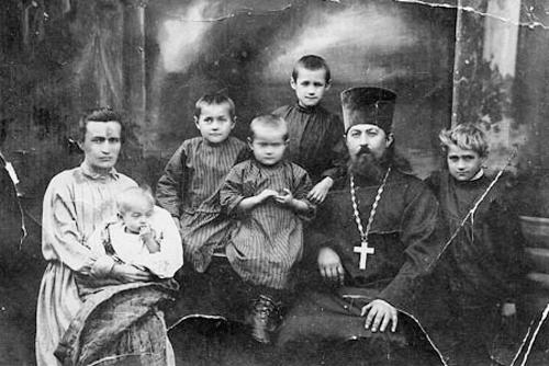 Священник Леонид Викторов (1891-1938) с супругой Анной и детьми, 1925г.