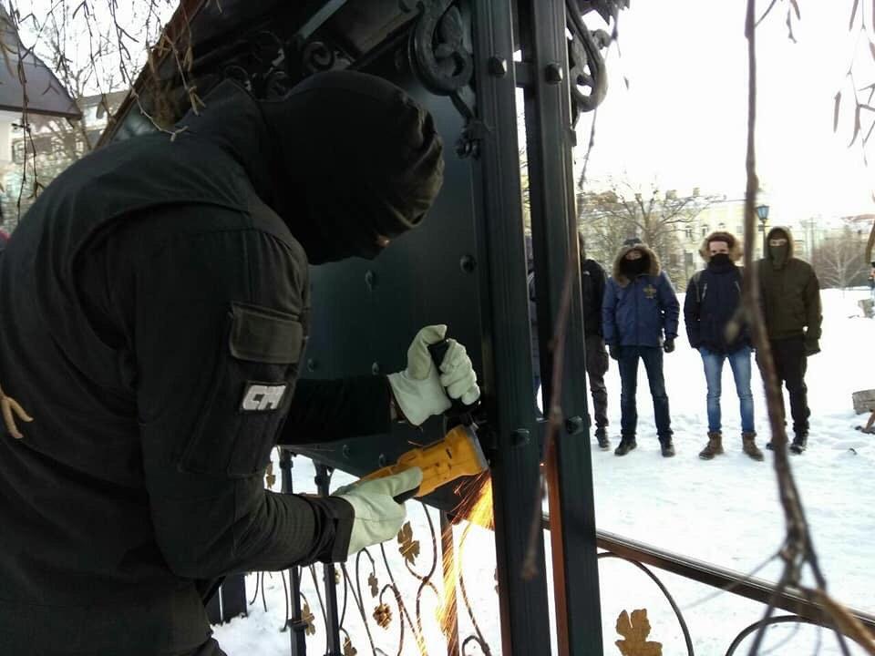 Вандалы напали на Десятинный монастырь в Киеве