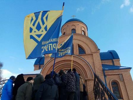 Украинские националисты у храма УПЦ в Киеве