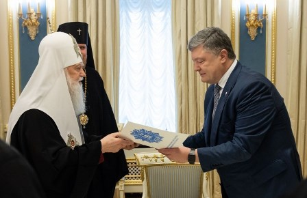 Лже-патриарх Денисенко передаёт Петру Порошенко подписи с просьбой об автокефалии
