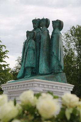 Памятник святым Царственным страстотерпцам в Годеново