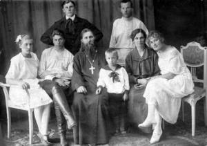 Отец Николай Агафоников (1876-1937) с женой и детьми