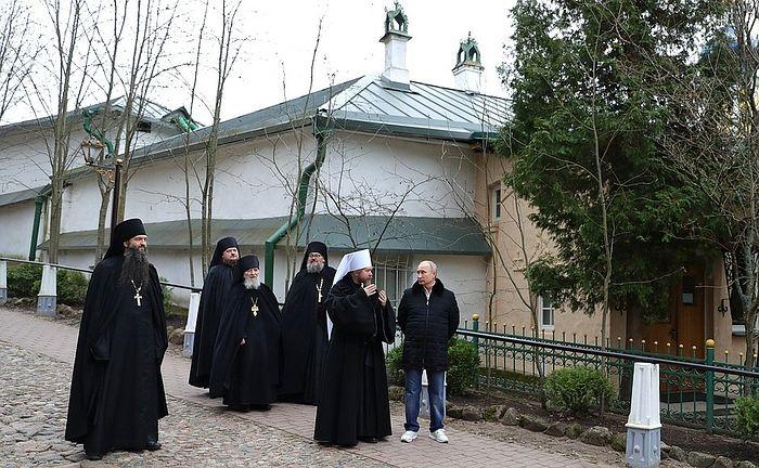 Владимир Путин и митрополит Тихон в Псково-Печерском монастыре