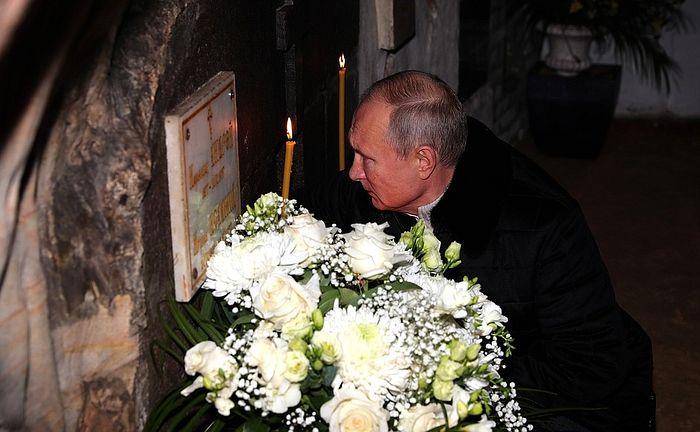 Владимир Путин у могилы архимандрита Иоанна (Крестьянкина)