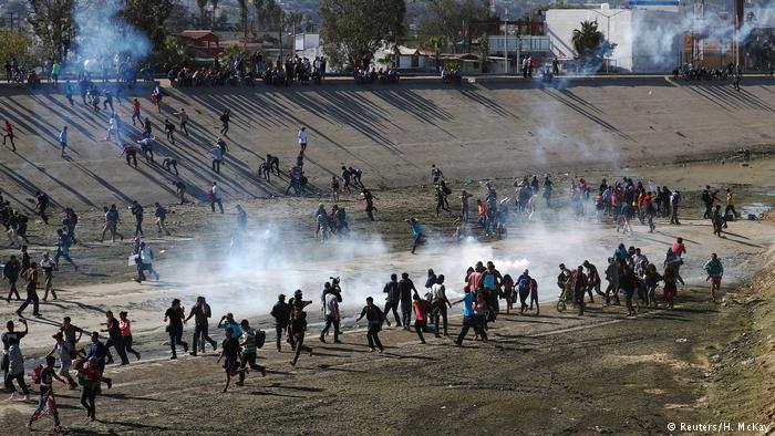 Американские военные применяют слезоточивый газ против мигрантов