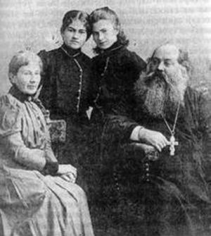 Священник Николай Бежаницкий (1859-1919) с семьёй. 1908 г.