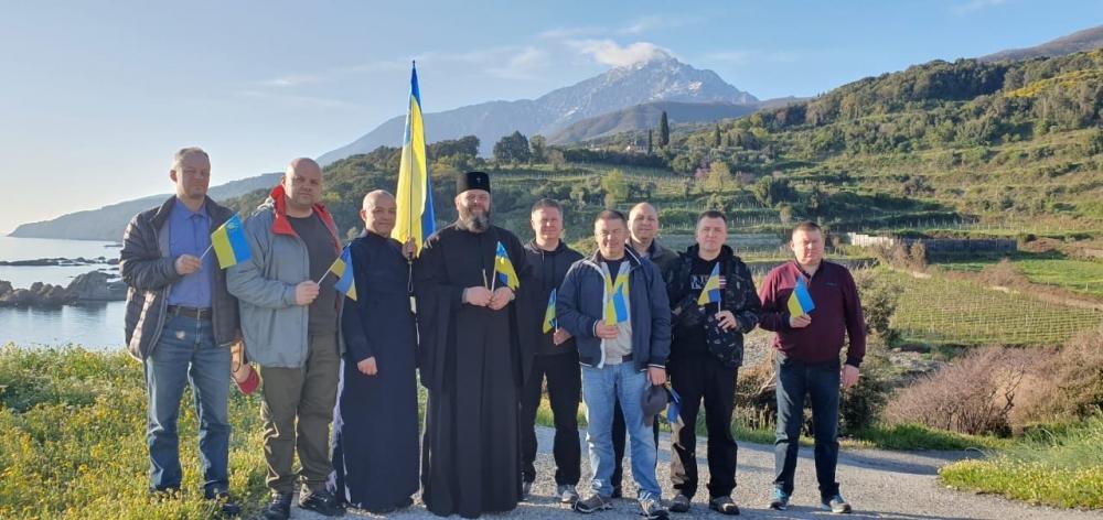 Украинские раскольники поют гимн Украины на Афоне
