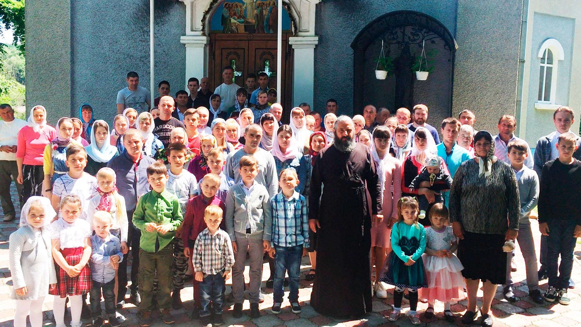 Прихожане Свято-Успенского храма с. Васлововцы Черновицкой области Украины