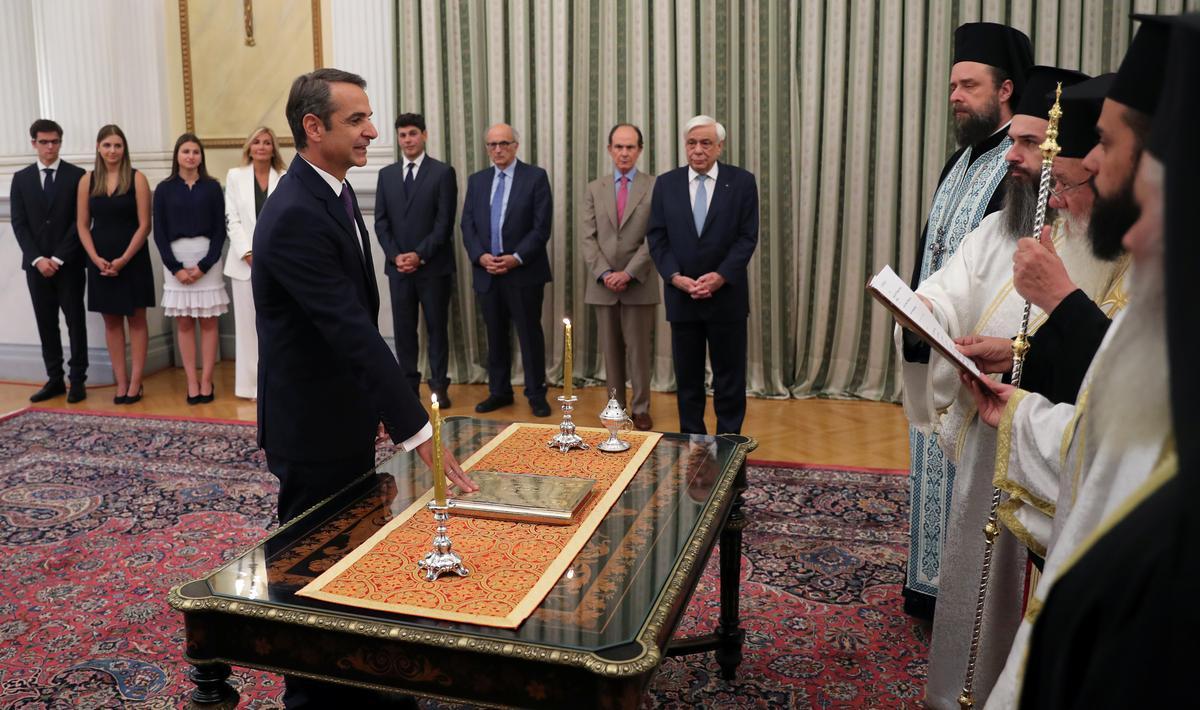 Присяга греческого премьера Мицотакиса на Священном Писании