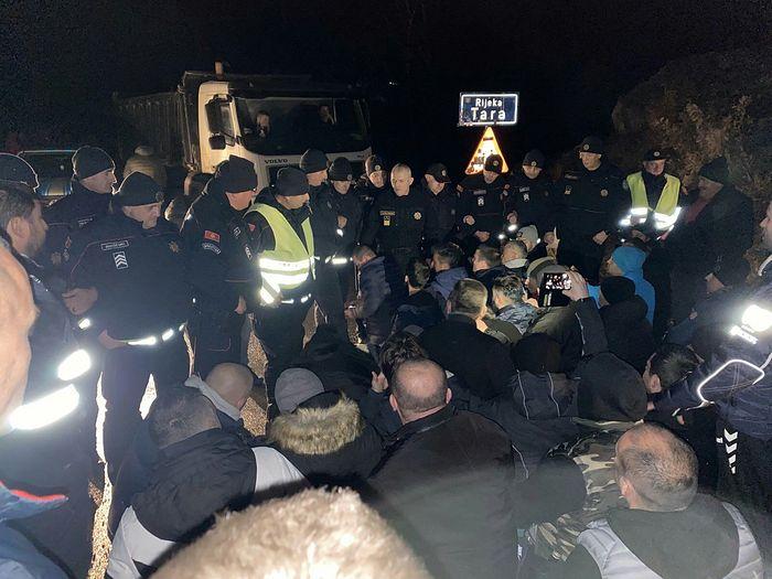 Черногорская полиция разгоняет верующих