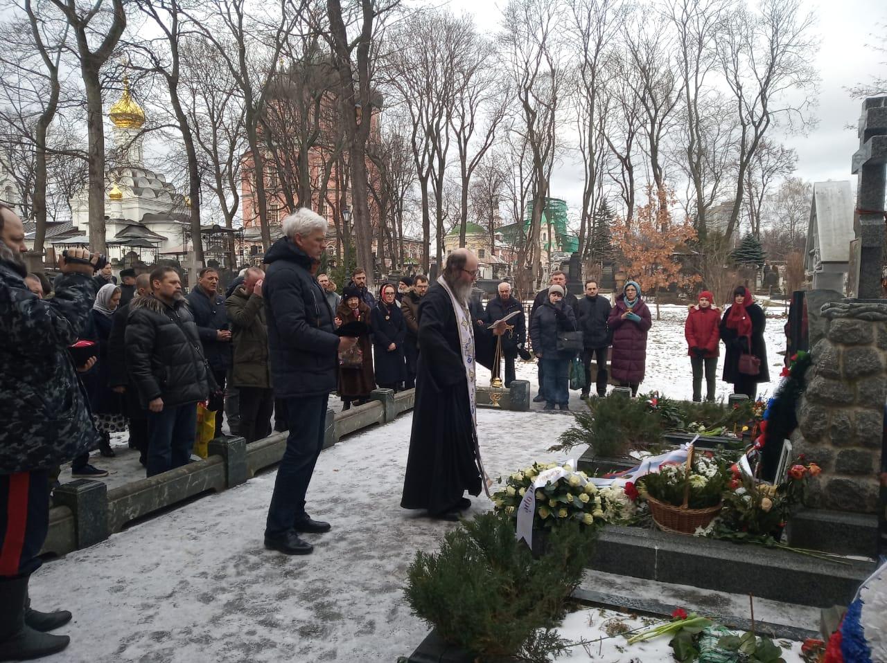 Панихида на могиле генерала Каппеля в Донском монастыре Москвы