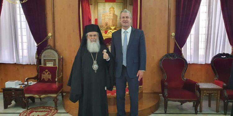 Патриарх Иерусалимский Феофил и начальник отдела по палестинским делам посольства США (ранее консульство США в Иерусалиме) Джордж Нолл
