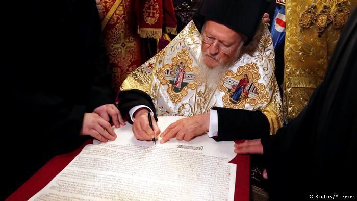 Патриарх Варфоломей подписывает томос об автокефалии Православной церкви Украины