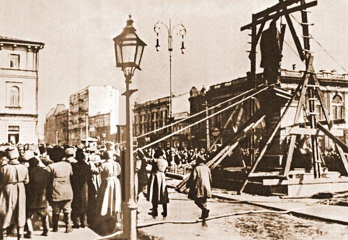Свержение памятника Столыпину в Киеве, 15 марта 1917 года